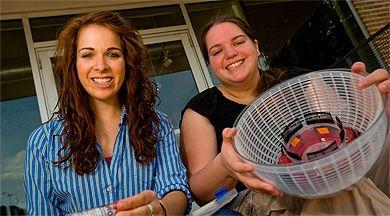 Lila Kerr y Lauren Theis con su 'ensaladera-centrifugadora'.| Science
